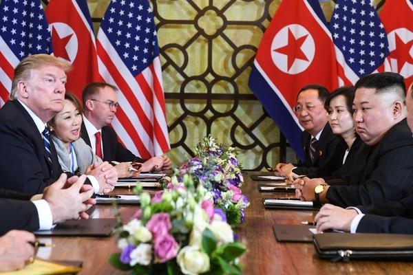 El presidente estadounidense, Donald Trump, (izquierda) y el líder norcoreano, Kim Jong-un, al frente de sus delegaciones durante una ronda en la cumbre en Hanói, el jueves 28 de febrero del 2019. Foto: AFP
