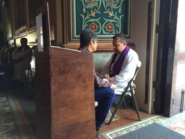 El sacerdote Francisco Morales participó en una jornada de confesiones en la Catedral, el pasado lunes 7 de abril.