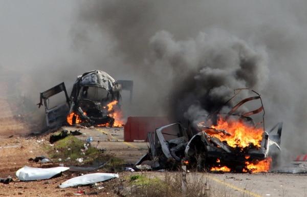 Vehículos militares israelíes arden luego de ser atacados por Hezbolá en las Granjas de Chebaa, en el norte del país.