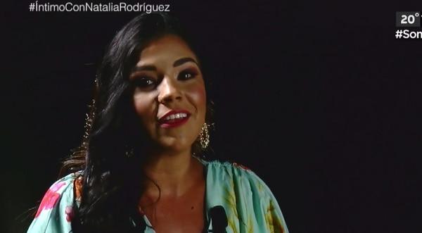 Natalia Rodríguez en el programa 'Íntimo', de Canal 8. Siempre sonriente, la conductora sorprendió con declaraciones muy íntimas sobre su vida. Foto: Captura de pantalla