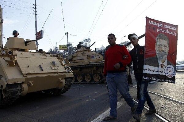 En las primeras horas de la mañana, al menos tres tanques y tres vehículos blindados tomaron posición cerca de la entrada del complejo presidencial. AFP.