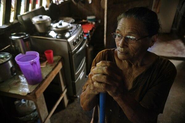 Anastasia Hernández, de 79 años, es vecina de Suretka, en Talamanca, Limón. Allí vive junto a su esposo Alejandro Swavi. | ALBERT MARÍN.