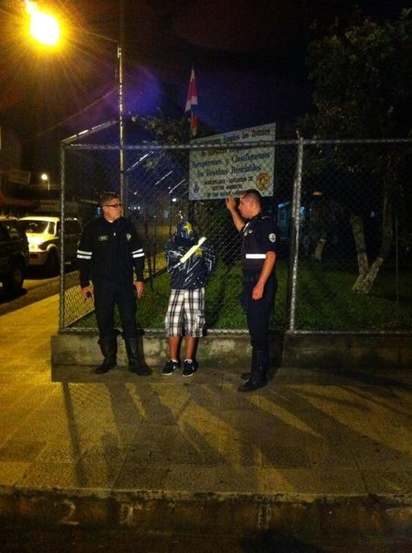 La Policía custodió a uno de los supuestos asaltantes. Wilberth Hernández