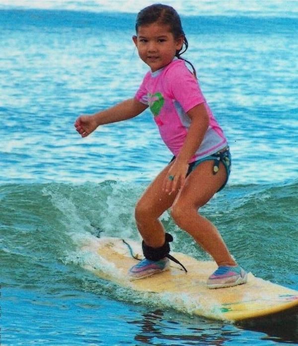 Con esta fotografía de su infancia en playa Pan Dulce, en Matapalo de Puerto Jiménez, en la Zona Sur de Costa Rica, Brisa Hennessy celebró su ascenso este año al Tour Mundial femenino, el evento profesional de surfing más importante del planeta. Fotografía: Tomadas del Facebook de Brisa Hennessy
