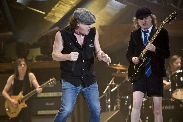En orden usual: Malcom Young, Brian Johnson y Angus Young en un concierto en Suiza, en el 2009. Fotografía: EFE.