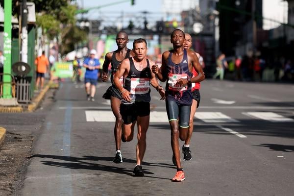 Elisha Korir Kumo (al frente) dominó la maratón de inicio a fin, pero aseguró que le costó. Foto: Marcela Bertozzi