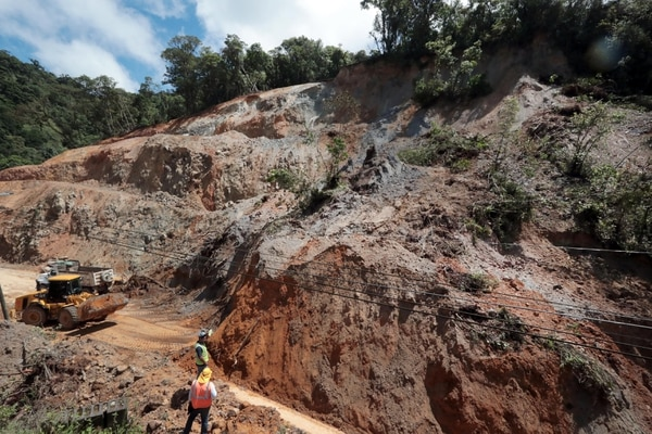 Al menos 25 personas trabajan en remover los 15.000 metros cúbicos de material que cayeron sobre el kilómetro 35 de la carretera Interamericana Sur. Foto: Alonso Tenorio