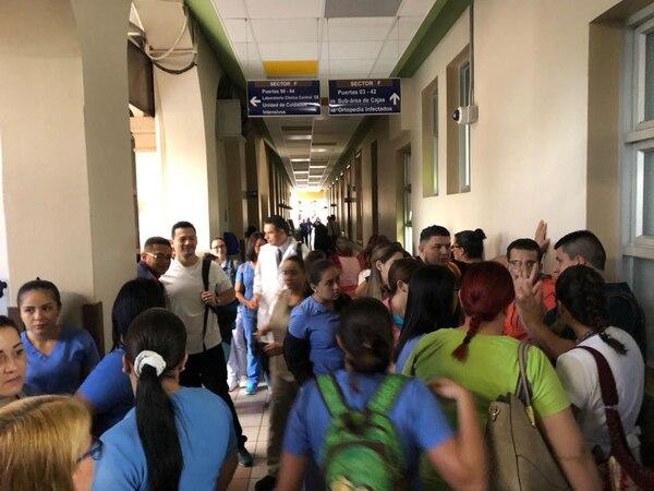 Parte del movimiento de funcionarios en el Hospital San Juan de Dios. Foto: Sinae para LN
