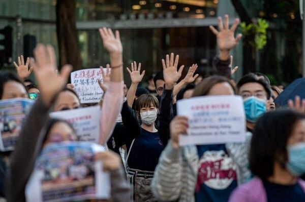 Decenas de personas se reúnen en apoyo de los manifestantes en favor de la democracia durante un mitin en Hong Kong, el 27 de noviembre del 2019. Foto: AFP