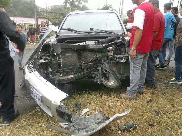 La parte delantera del vehículo quedó destrozada. El accidente fue a escasos metros de que el sacerdote llegara a su destino.