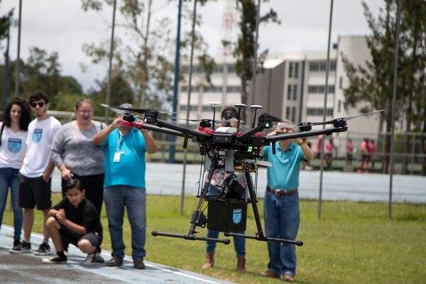 Con la ayuda de drones, estudiantes y científicos pusieron este domingo a volar satélites en las instalaciones del Instituto Tecnológico de Costa Rica, en Cartago. El evento contó con la participación de alumnos de diferentes carreras y sedes de esa casa de estudios. Foto: Jorge Rendón