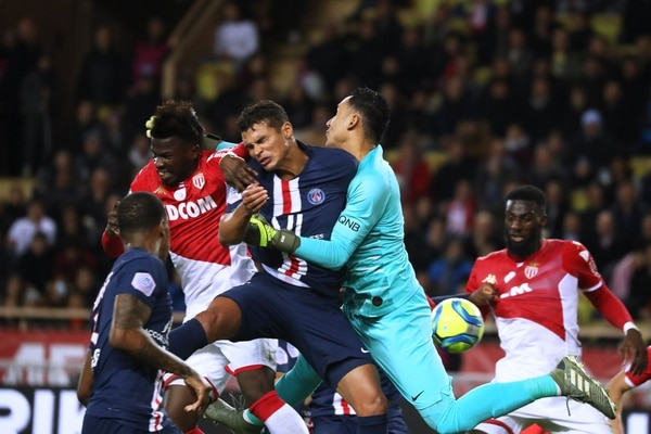 Thiago Silva, referente de la zaga del PSG, choca con Navas, que salió a buscar la pelota en las alturas. Fotografía: AFP.
