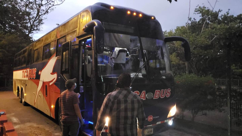 Las empresas de autobuses dijeron que tienen 60 unidades para el transporte de mano de obra migrante, pero ante la escasa demanda ahora están ociosas. Foto: Cortesía del Icafé