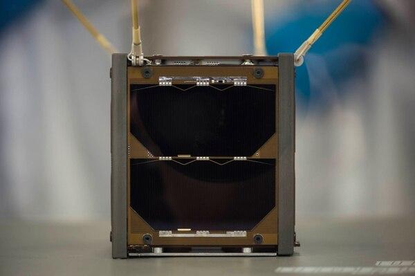 Tras ser sometido a pruebas similares a las que enfrentará en el espacio, el satélite tico está listo para ser lanzado a la Estación Espacial Internacional. Foto: Graciela Solís.