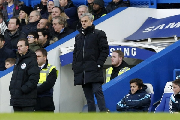 El técnico José Mourinho observa el juego en que el Chelsea quedó eliminado frente al Bradford.