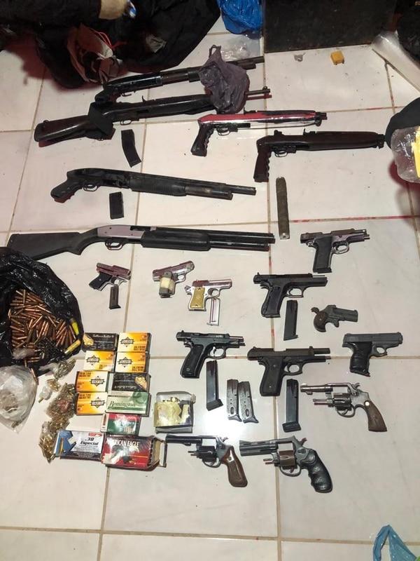 La Policía incautó 25 armas de fuego en las diligencias. Foto: OIJ para LN