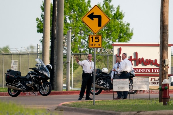 Agentes de la Policía trabajan en la escena de un tiroteo, en Bryan, Texas, el 8 de abril del 2021. Foto: AFP
