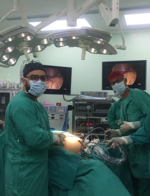 José Francisco Navarro Coto (izq.), 32 años, cirujano general que ahora trabaja en el hospital de Golfito tras hacer su servicio social como especialista. Comenzará el contrato de retribución ahí y casi es un hecho que se quedará a vivir en ese lugar con su familia. CORTESÍA