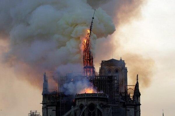 Momento en que se derrumba la emblemática aguja de la catedral Notre-Dame en París por el incendio. Foto: AFP