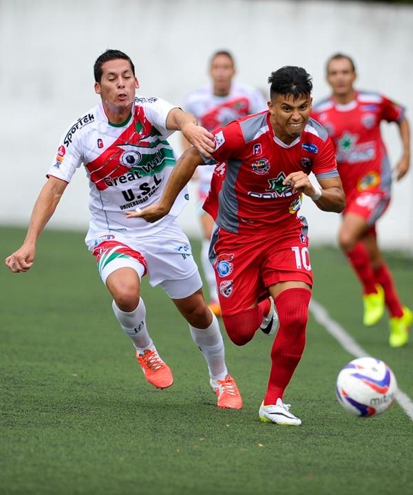 Ignacio Quesada trata de detener el avance del santista Wálter Chévez (10) durante el partido jugado ayer en el Estadio Ebal Rodríguez.   LUIS NAVARRO