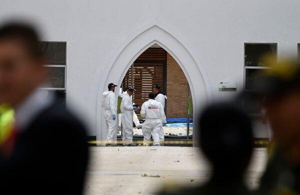 Expertos forenses buscaban indicios en el lugar donde estalló un coche bomba en la academia policial General Santander, en Bogotá, este jueves 17 de enero del 2019.