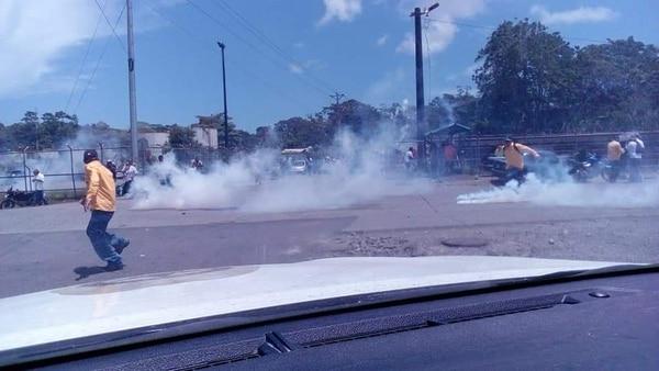 Los manifestantes se fueron luego del lanzamiento de gases de parte de la Fuerza Pública. Foto: APSE para LN