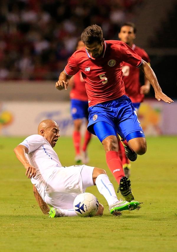 Celso Borges enfrentó al uruguayo Arévalo Ríos. | RAFAEL PACHECO