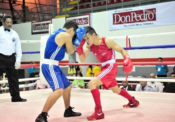 El boxeador costarricense David Medallita Jiménez (rojo) venció ayer al guatemalteco Michel Tello. | JOHN DURÁN