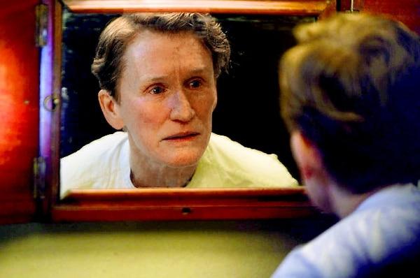 Glenn Close encarna a una mujer obligada a vestirse y comportarse como hombre. Cine Magaly para LNDilema.
