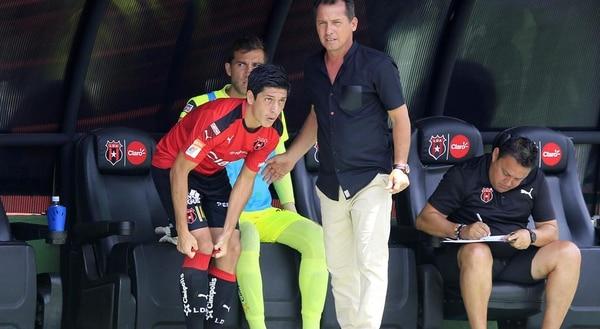 Cristopher Meneses entró de variante ante Grecia. Wílmer López le gira instrucciones.