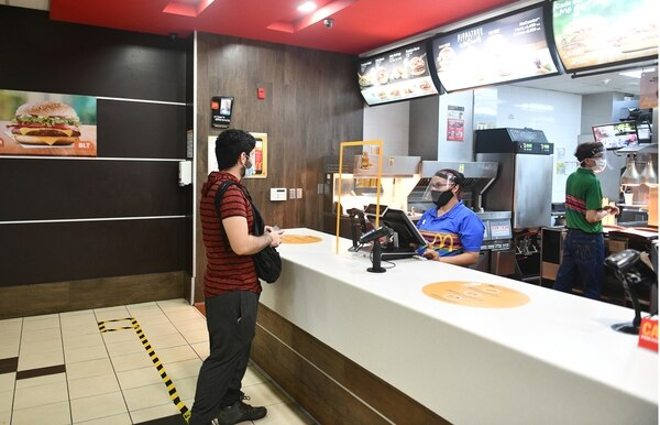 Una placa acrílica separa a los clientes de los cajeros. La misma medida fue vista en Mc Donald's y Burger King. Foto: Jorge Castillo