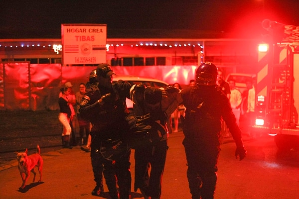 Una persona fue detenida por las autoridades mientras las unidades de bomberos atendían el incendio en León XIII