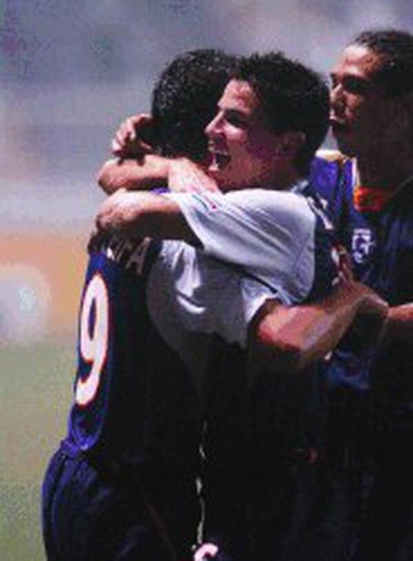 Gabriel Badilla celebra un gol anotado por Randall Azofeifa (19), cuando ambos militaban en Saprissa. Fotografía: Archivo LN