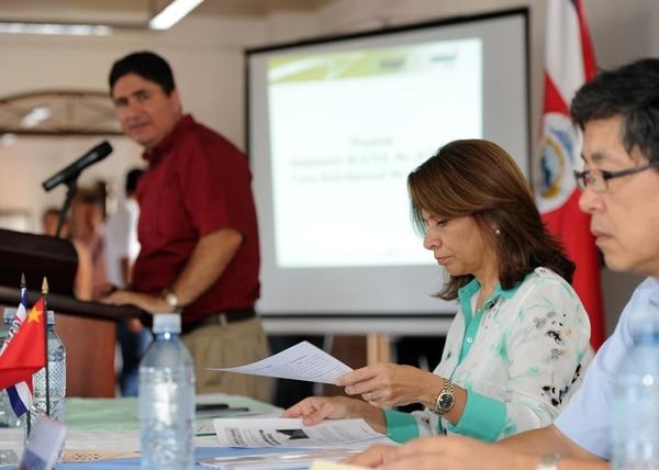 Pedro Castro, ministro de Transportes y Laura Chinchilla, presienta de la República, firmaron en octubre el convenio con los chinos para la ampliación de la carretera a Limón.   ALBERT MARÍN.
