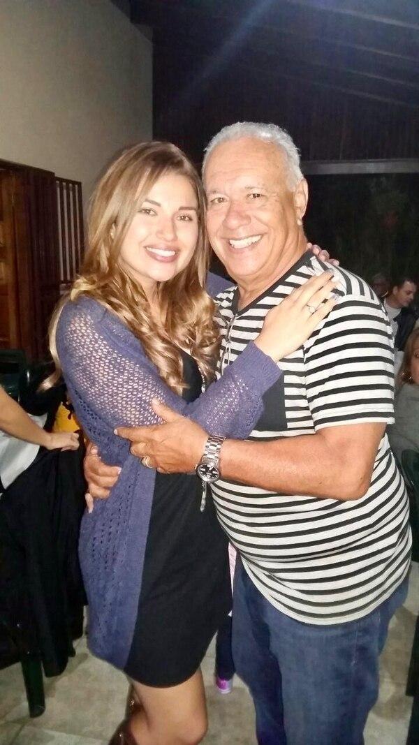 Melissa Durán con su suegro, don Edwin Mora. Tiempos felices. Foto IG