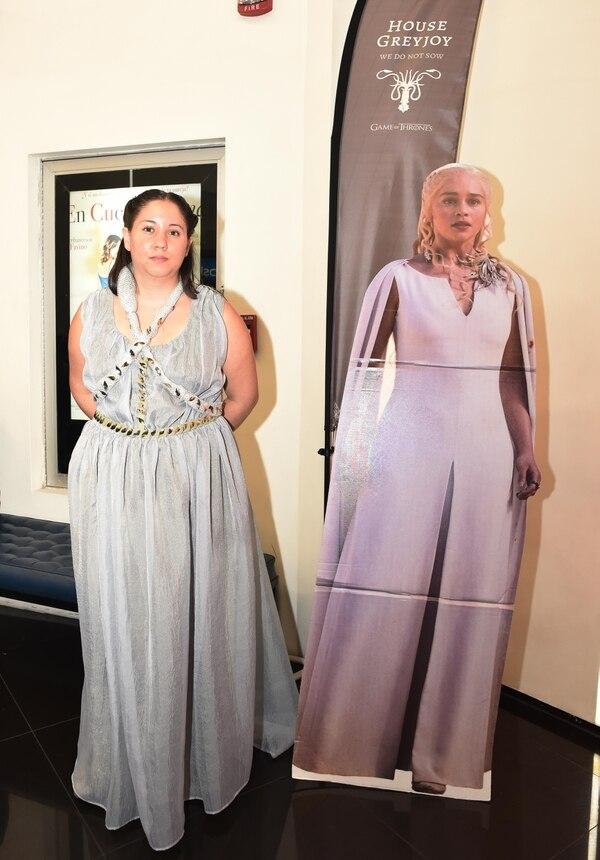 Muchos asistentes posaron con figuras de Daenerys, como en la fotografía. Estampas de Jon Snow y Tyrion Lannister también capturaron atención. Foto: Carlos González