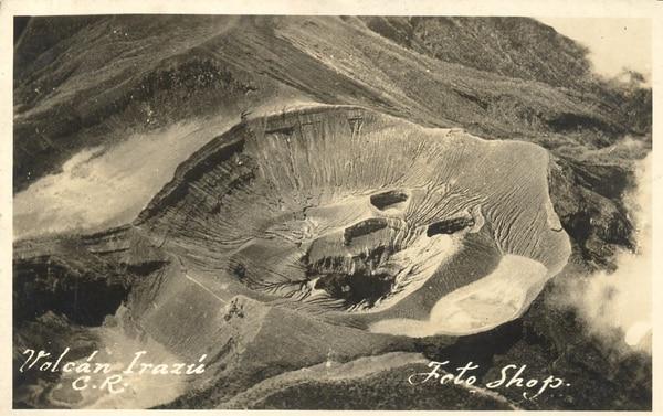 Se muestran las bocas cratéricas del Irazú en 1926 y su comparación después del periodo eruptivo de 1963-1965.