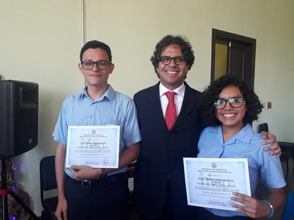 El ministro de Educación, Édgar Mora (centro), posa junto al primer mejor promedio Cesar Argüello, del Colegio Científico de Alajuela, y con la segunda mejor promedio, Alexa Carmona, del mismo colegio. Foto: Daniela Cerdas