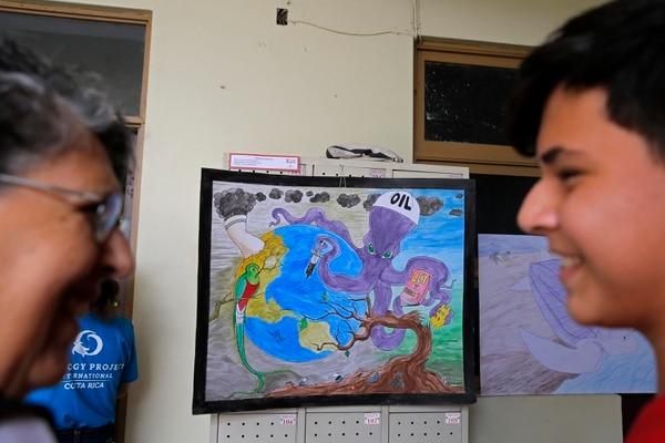 Virginia Trejos (izquierda), jurado de Arte y Dibujo, habla con el estudiante Axel Guzmán, estudiante del Liceo Ambientalista, sobre su obra