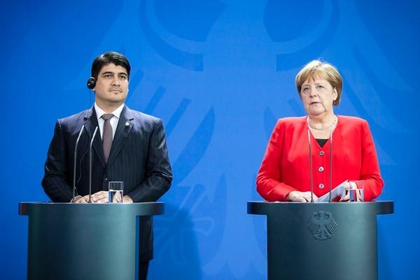 27/05/2018. El presidente Carlos Alvarado junto con la canciller alemana Ángela Merkel, posterior al encuentro de ambos en Berlín en el que acordaron reforzar la cooperación en educación dual, descarbonización, tecnologías de la Cuarta Revolución Industrial y flujos migratorios. Foto: Presidencia