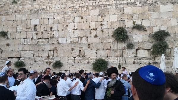 Las distintas ramas de judíos ortodoxos llevan puestas sus mejores ropas para darle la bienvenida a la fiesta del Shabat, que comienza con la primera estrella que aparece la tarde del viernes. Foto: Jorge Arturo Mora
