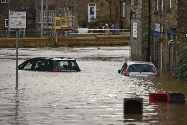 La localidad de Mytholmroyd, norte de Inglaterra, estaba anegada después de que el río Calder se salió de madre, este domingo 9 de febrero del 2020.