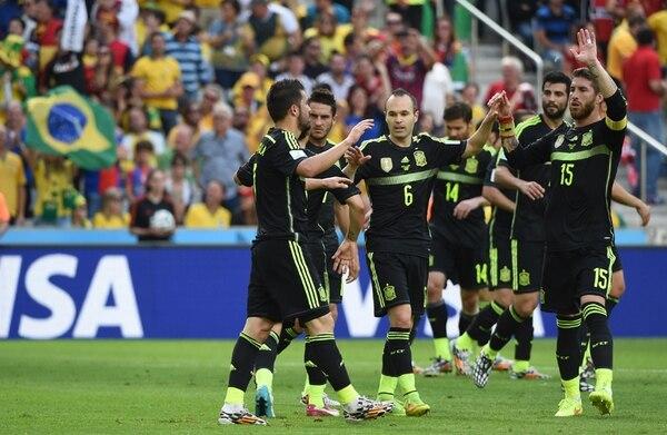 David Villa (i.) es felicitado por Andrés Iniesta (6), Sergio Ramos (15). El goleador dejó ayer la selección tras marcar 59 tantos en 97 juegos. | AFP