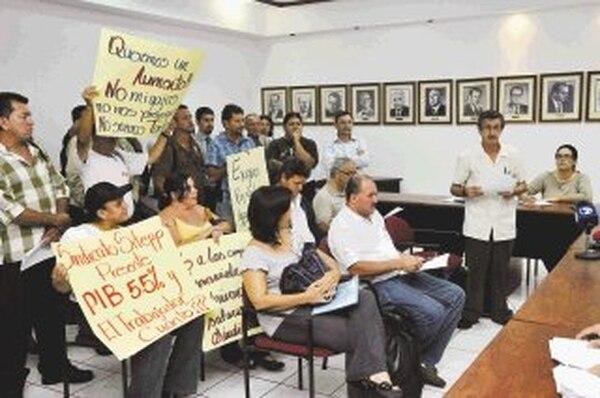 Representantes de varios sindicatos acudieron ayer al encuentro del Consejo Nacional de Salarios, que se realizó, a las 4 p .m., en el Ministerio de Trabajo y Seguridad Social, en barrio Tournón, San José. | CARLOS GONZÁLEZ