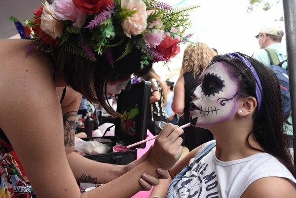 Astrid Lopez maquilló a Yelisa Zamora este sábado durante el Katrina's Fest. Fotografía: Carlos González/Agencia OjoporOjo
