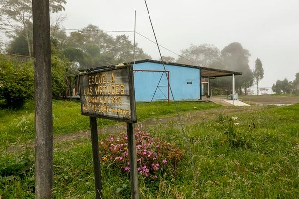 La escuela Las Virtudes en Turrialba es uno de los cuatro centros educativos afectados por la actividad volcánica del coloso. Sara (de camiseta rosada) y Sofía Pereira son estudiantes de primero y cuarto grado, respectivamente y mientras no reciben clases, van a la lechería y repasan materia en sus casas. | JORGE ARCE.