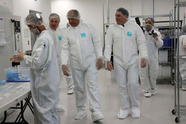 El presidente Luis Guillermo Solís (centro) visitó la empresa de implantes Establishment Labs.