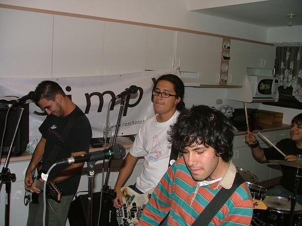 """El chivo en la cocina de Roy. En el 2004, la agrupación ESimple (fundada en 1999) tocó un concierto improvisado en la casa de uno de los foristas, después de que los """"echaran"""" del bar Champ Elyseé en Heredia. Fotos: Cortesía Adrián Pauly."""