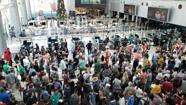 Filas en el aeropuerto Juan Santamaría por una aparente falla en sistema migratorio. Foto: Cortesía