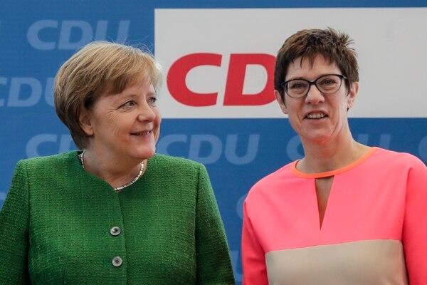 La canciller alemana Ángela Merkel (izq.), y la gobernadora del estado alemán de Saarland y secretaria general del partido Unión Cristianodemócrata designada, Annegret Kramp-Karrenbauer, asisten a una reunión de líderes del partido en Berlín, Alemania, el lunes 19 de febrero.